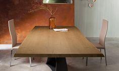 Tavolo moderno in legno Living Living è un tavolo materico, caratterizzato da due gambe inclinate e sovrapposte fra loro in maniera asimmetrica in acciaio verniciato bianco satinato, grafite o corten.