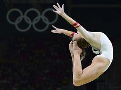 La Polonaise Katarzyna Jurkowska-Kowalska virevolte sur la poutre lors des qualifications en gymnastique artistique