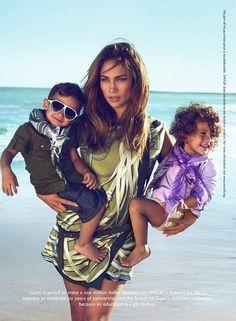 Jennifer Lopez a posé avec ses jumeaux pour la nouvelle collection de prêt-à-porter enfant de Gucci. La maison italienne s'est engagée à verser un million de dollars à l'Unicef.
