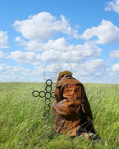 Picture of cowboy praying at a metal cross on sunny summer day stock photo, images and stock photography. Country Girl Boots, Country Girls, Country Life, Cowboy Horse, Cowboy And Cowgirl, Cowboy Prayer, Cowboy Food, Cowboys And Angels, Simplicity Is Beauty
