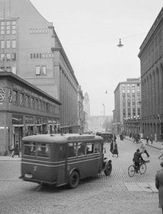 Linjalla 2 liikennöinyt Berliet-merkkinen bussi Keskuskadulla ilmeisesti 1930-luvun alussa. Stockmannin 1930 valmistuneen kauppapalatsin vieressä olevassa matalassa basaarirakennuksessa toimi tavaratalon oma auto-osasto 1920-luvun lopussa.  Luotu:  25.11.2013 13:31      Kuva: AHO & SOLDAN     Kuva  ...