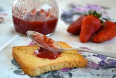 The thermomix strawberry jam is one of the best preserves of all, excellent both for breakfast and for snack, perhaps spread on bread. Read the recipe to prepare it with your thermomix. Vegan Gluten Free, Vegan Vegetarian, Recipe Ratings, Strawberry Jam, Measuring Cups, 3 Ingredients, Chutney, Cheesecake, Lemon