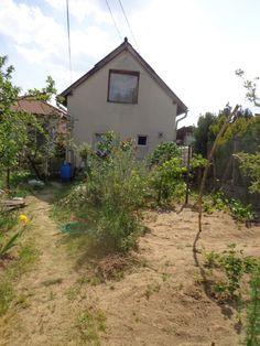 Csend, nyugalom, panoráma! Pilisvörösvár gyönyörű panorámás részén eladó egy 596 nm-es telekre épült 55 nm-es családi ház. A ház 1984-ben épült B 30-as téglából, fűtése gáz cirkó. A déli tájolású kertben gyümölcsfák, veteményes. Beosztása: földszint: zárt veranda, nappali, konyha, fürdőszoba. Tetőtérben 2 fél szoba. A veranda alatt pince.