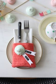 Great place setting ideas with a little Dymo touch. Cutlery Holder, Cutlery Set, Beautiful Table Settings, Handmade Tags, Craft Corner, Deco Table, Table Cards, Easy Knitting, Yarn Crafts