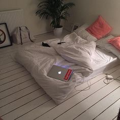 Transforming a tiny dorm room into a home is not an easy task. Keep reading to learn how you can create a clean, yet cozy, minimalist dorm room of your own. Cozy Bedroom, Home Decor Bedroom, Bedroom Ideas, Trendy Bedroom, Bedroom Designs, Cozy Apartment Decor, Apartment Ideas, Minimalist Dorm, Aesthetic Rooms