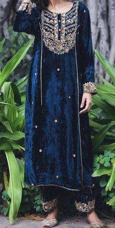 Velvet Pakistani Dress, Pakistani Formal Dresses, Shadi Dresses, Pakistani Dress Design, Pakistani Outfits, Indian Outfits, Pakistani Fashion Party Wear, Indian Fashion Dresses, Dress Indian Style