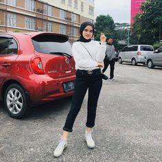 Your awesome hijab OOTD is a captivating idea for us. Stylish Hijab, Casual Hijab Outfit, Ootd Hijab, Casual School Outfits, Simple Outfits, Ootd Poses, Boohoo Outfits, Hijab Fashionista, Street Hijab Fashion