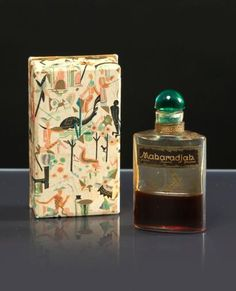 * Rosine - (Paul Poiret) - «Maharadjah» - (années 1920)  Flacon tabatière en verre incolore avec son bouchon en verre émeraude et son étiquette noire dans son coffret carton illustré polychrome de scènes vénitiennes,