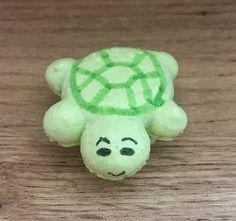 J'ai fait ce macaron tortue pour l'anniversaire de ma maman. Elle fêtait ces 60 ans et elle est fan de tortues. Alors j'ai eu l'idée de faire ce macaron. Il s'agit d'une coque de meringue française et il est garni d'une confiture maison à la framboise. J'ai utilisé du stylo alimentaire pour la déco. Meringue, Yoshi, Macarons, Character, Jelly, Raspberry, Birthday, Home, Merengue