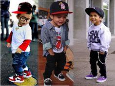 Como as crianças devem usar bonés de aba reta?