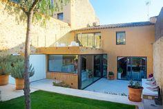 Fondo (pequeño) libre cocina abre a exterior y semicubierto Altos con balconeo (de Brick construcció i disseny)