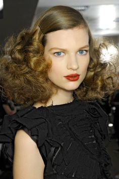 Sleek-to-Softened Swirls hair at Bottega Veneta was both supremely elegant with a smooth crown and romantically soft with brushed-out curls. Large Curls, Big Curls, Soft Curls, Curls Hair, Retro Hairstyles, Winter Hairstyles, Disco Hairstyles, Wedding Hairstyles, Big Hair