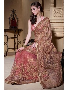 Лососевое свадебное индийское сари из фатина, украшенное вышивкой скрученной шёлковой нитью, бисером, пайетками и перламутровыми бусинками