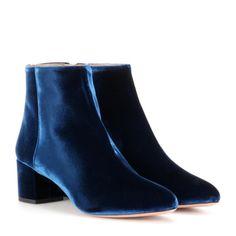 Wunderschöne blaue Booties aus Samt von Aquazzura.