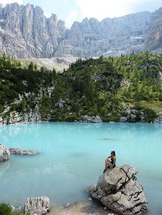 Einer der spektatulärsten Bergseen der Dolomiten - der Sorapiss See mit seiner milchig türkisen Farbe. Ein Muss, wenn man in den Dolomiten unterwegs ist.