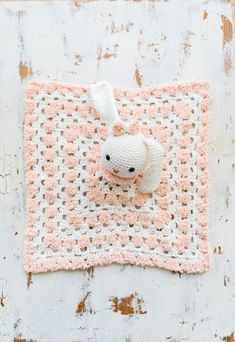 This snuggly crochet bunny baby lovey is simple to make, and perfect for gifts for babies and toddlers alike! The free pattern is a quick and easy project. Crochet Lovey Free Pattern, Crochet Baby Blanket Beginner, Crochet Bunny, Crochet Blanket Patterns, Crochet Animals, Crochet Blankets, Amigurumi Patterns, Diy Crochet, Crochet Crafts