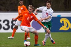 Het is een vraag die veel jeugdvolgers bezighoudt deze zomer: vertrekt de 18-jarige Willem II'er Frenkie de Jong nu naar Ajax, PSV of blijft hij bij Willem II? Wekenlang leek er weinig beweging in de zaak te zitten, maar inmiddels lijkt het antwoord dichterbij te komen.