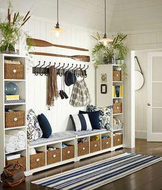 Une grande entrée parfaitement bien aménager avec un meuble de rangement.