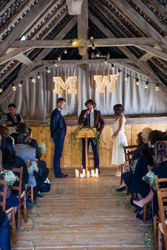 Un mariage à Annecy par Monsieur+Madame (M+M). Kraft, bois et jazz en fil conducteur.  Enseigne lumineuse fabriquée à la main par Monsieur + Madame www.monsieurplusmadame.fr