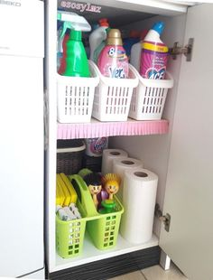 Organized cleaning supplies Kitchen Organisation, Home Organization, Kitchen Storage, Shabby Chic Kitchen, Kitchen Decor, Ideas Hogar, Minimal Decor, Organizing Your Home, Organizing Ideas