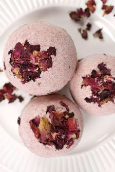 These natural rose DIY bath bombs are the perfect DIY Valentine& Day gift. Enjoy a fragrant, romantic bath filled with rose petals. You can feel good knowing your bathwater will be free of synthetic fragrances, dyes and other harmful ingredients. Romantic Bath, Beetroot Powder, Diy Beauty, Homemade Beauty, Clean Beauty, Beauty Care, Beauty Tips, Beauty Recipe, Valentine's Day Diy