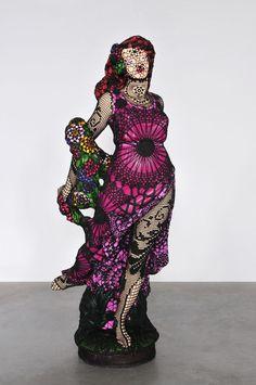 Madame du Barry (2007), Sculpture en ciment, peinture acrylique et habillement en coton fait main au crochet, Hauteur 180 cm, Joana Vasconcelos