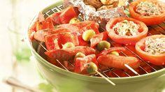 Grillatut tomaatit on täytetty tuorejuustolla, sipulilla ja oliiveilla. Voit valmistaa ne grillissä tai uunissa.