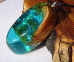 resina y madera verde azul madera y resina colgante por FociFusta