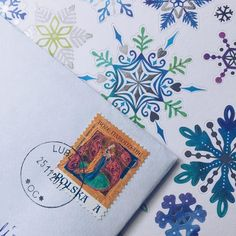 Chociaż sama jeszcze znaczków bożonarodzeniowych nie kupiłam to w piątek otrzymałam jeden na przesyłce z Lublina  Ze wszystkich trzech tegorocznych wzorów ten podoba mi się chyba najbardziej. Wzór na przesyłki zagraniczne mógłby być trochę bardziej świąteczny ale przynajmniej nie jest taki olbrzymi jak chyba 2 lata temu kiedy nie mogłam ich zmieścić na pocztówkach  A Wy co myślcie o tegorocznych znaczkach świątecznych? #penpalspoland #teamkorespomdencja #bożenarodzenie #christmaspost…