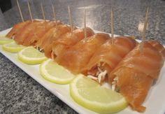 Rollitos de #salmón marinado con palitos de cangrejo. Ver receta: http://www.mis-recetas.org/recetas/show/43605-rollitos-de-salmon-marinado-con-palitos-de-cangrejo #pescado #tapas