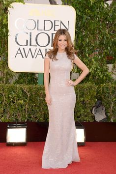 Celebrities en la alfombra roja de la 70 edición de los Globos de Oro: Maria Menounos, de Celia Kritharioti.
