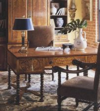 William and Mary Mappa Burl Walnut Desk 4021-546 This stunning William and Mary desk is made from excellent quality walnut veneer on a solid beech