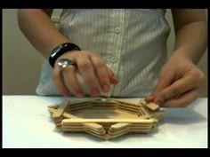 Vídeo feito por Jéssica para o programa de TV Ideias Cabíveis. Veja o passo-a-passo da produção de um objeto decorativo e útil feito com palitos de picolé. M...