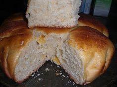 Cómo hacer Pan de dulce de leche. Calentamos la leche junto con el dulce de leche o la miel, y la mantequilla. Incorporamos el azúcar y el huevo, batimos hasta que