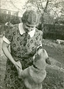 A 1938 black and white photograph of Helen Keller with Kamikaze, her Akita dog from Japan, at the Keller home in Forest Hills, Queens, NY. Helen Keller Facts, About Helen Keller, Japanese Akita, Hachiko, Akita Dog, Akita Puppies, Vintage Dog, I Love Dogs, Best Dogs