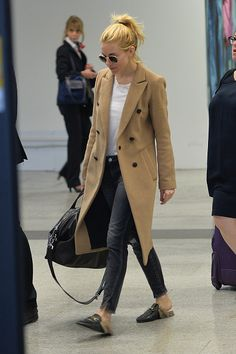 Sienna Miller wears a white t-shirt, camel coat, black jeans, Gucci loafers, and round sunglasses Mocassins Gucci, Gucci Fur Loafers, Loafers Outfit, Gucci Shoes, Leather Loafers, Winter Mode Outfits, Winter Fashion Outfits, Look Fashion, Autumn Winter Fashion