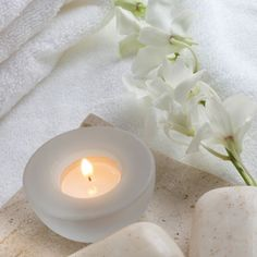 DIY At Home Spa - Use scented candles and flowers. Soothing fragrances: lavender, eucalyptus and citrus Candels, Candle Lanterns, Mobile Beauty, Spa Interior, Home Spa Treatments, Spa Day At Home, Candle Set, Soy Candle, House Smells