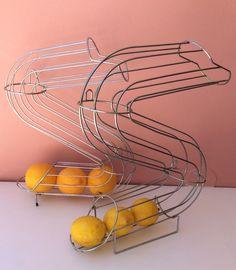 appelsiini- / hedelmätuubi . voidaan kiinnittää seinälle . korkeus 43 cm . @kooPernu