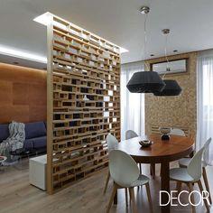 Projeto de interiores de apartamento utiliza materiais ecológicos, como madeira compensada, além de revestimento em tijolo aparente para compor as acomodações.