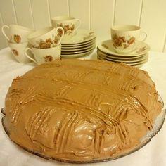 Husker godt sjokoladekaken med lys krem, som mor og bestemor lagde 💕  Mat og kaker er en viktig del av livet, ja man overlever jo ikke u...