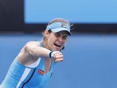 Julia Görges ballt vor Freude die Faust. Die 24-Jährige setzte sich bei den Australian Open nach großem Kampf gegen die Chinesin Zheng Jie mit 6:3, 1:6, 7:5 durch und überstand damit wie im Vorjahr die dritte Runde. (Foto: Narendra Shrestha/dpa)