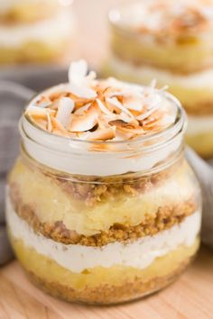 Cool down—while transporting to the tropics—with layers of buttery graham cracker crust, pineapple, and whipped cream cheese in this Pina Colada Pie in a Jar. Mason Jar Pies, Mason Jar Desserts, Mason Jar Meals, Meals In A Jar, Summer Desserts, Easy Desserts, Delicious Desserts, Dessert Recipes, Yummy Food