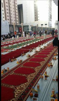 Iftar in madina Mecca Madinah, Mecca Masjid, Al Masjid An Nabawi, Masjid Al Haram, Islamic Images, Islamic Pictures, Islamic Quotes, Islam Muslim, Islam Quran