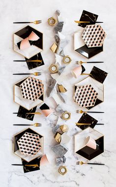 Vanity – White Marble and Black Colorblock Large Party Paper Plates – Harlow &… Vanity – Großer Party-Pappteller aus weißem Marmor und schwarzem Colorblock – Harlow & Grey Paper Plate Design, Gold Foil Paper, Party Plates, Partys, Dinner Sets, Decoration Table, White Marble, Cheap Home Decor, Tablescapes