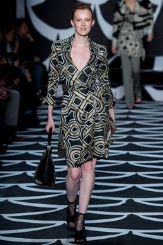 Diane von Furstenberg Fall 2019 Ready-to-Wear Fashion Show - Vogue Diane Von Furstenberg, Gold Mesh Dress, Karen Elson, Fashion Show, Fashion Outfits, Family Halloween Costumes, Cute Sweaters, Fall Collections, Boss Lady
