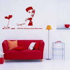 大人の女性のポップなお部屋。白い壁に貼られたステッカーがスタイリッシュな印象に。