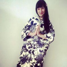 """Koc i płaszcz w jednym, inspirowany kimonem czyli z jap """"czymś do noszenia na sobie"""" #iziartwear #izikoc koc mocy"""