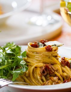 Spaghetti z suszonymi pomidorami, gorgonzolą i rukolą