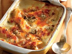 Serves 4 Preparation time: 20 min Baking time: min oil 1 onion, sliced in rings 500 g cooked chicken breasts, cubed 1 litre c) prepared white sauce 6 lasagne sheets 50 g blue cheese … South African Recipes, Ethnic Recipes, Chicken Lasagne, White Sauce Recipes, How To Cook Chicken, Cooked Chicken, Fresh Figs, Blue Cheese
