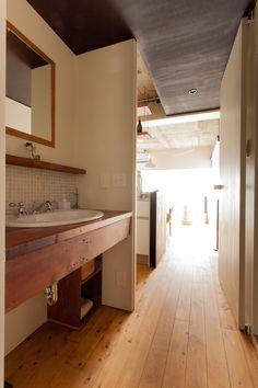 実は引き戸が側に隠れていて、閉めると脱衣室にもなるという面白いつくり。  #洗面 #廊下 #インテリア #EcoDeco #エコデコ #リノベーション #renovation #東京 #福岡 #福岡リノベーション #福岡設計事務所 Bathroom Lighting, Vanity, Mirror, House Styles, Furnitures, Home Decor, Bathroom Light Fittings, Dressing Tables, Bathroom Vanity Lighting